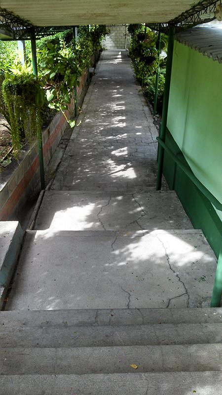 Así luce en la actualidad el pasillo que conduce de las casas gemelas a la residencia donde los jesuitas fueron asesinados. Foto de Héctor Silva.