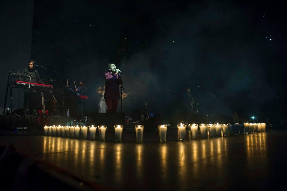 43 velas para recordar a los 43 estudiantes desaparecidos de Ayotzinapa. Fotos cortesía de OCESA.