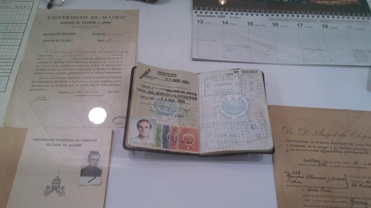 Pasaporte de Ignacio Ellacuria Baescoechea, expuesto en el museo dedicado a los jesuitas en la UCA. Foto de Héctor Silva Ávalos.