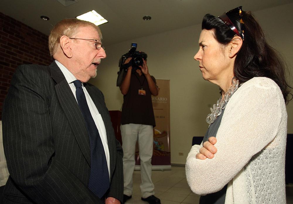 El ex embajador de EUA en El Salvador, William Walker, conversa con la investigadora Martha Doggett el 15 de noviembre de 2014 en un acto por el XXV aniversario de la masacre de la UCA. Doggett fue la primera investigadora que documentó el encubrimiento del estado salvadoreño en las investigaciones de los asesinatos de los jesuitas. Foto de Francisco Campos.