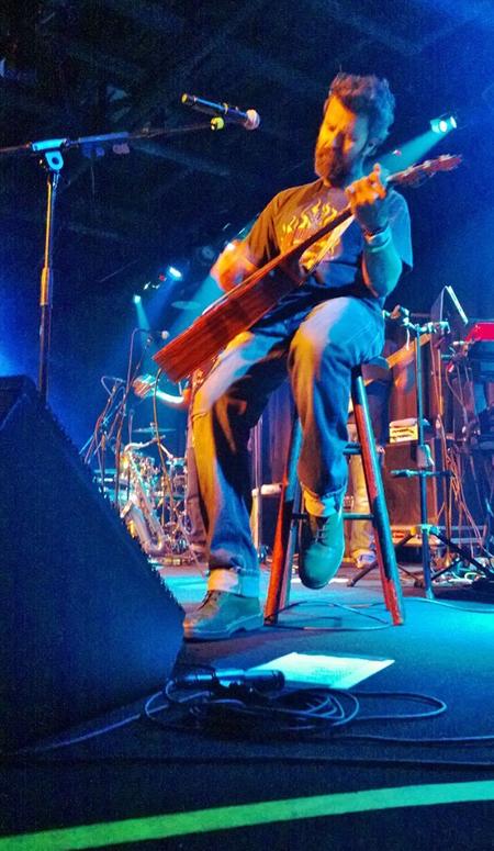 Pau Donés en concierto. Una foto de Luis Ayala.