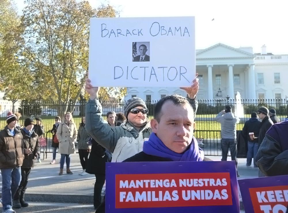 Algunos activistas antiimigrantes protestaron también frente a la Casa Blanca el viernes 19 de noviembre. Foto de Miguel Ángel Álvarez.