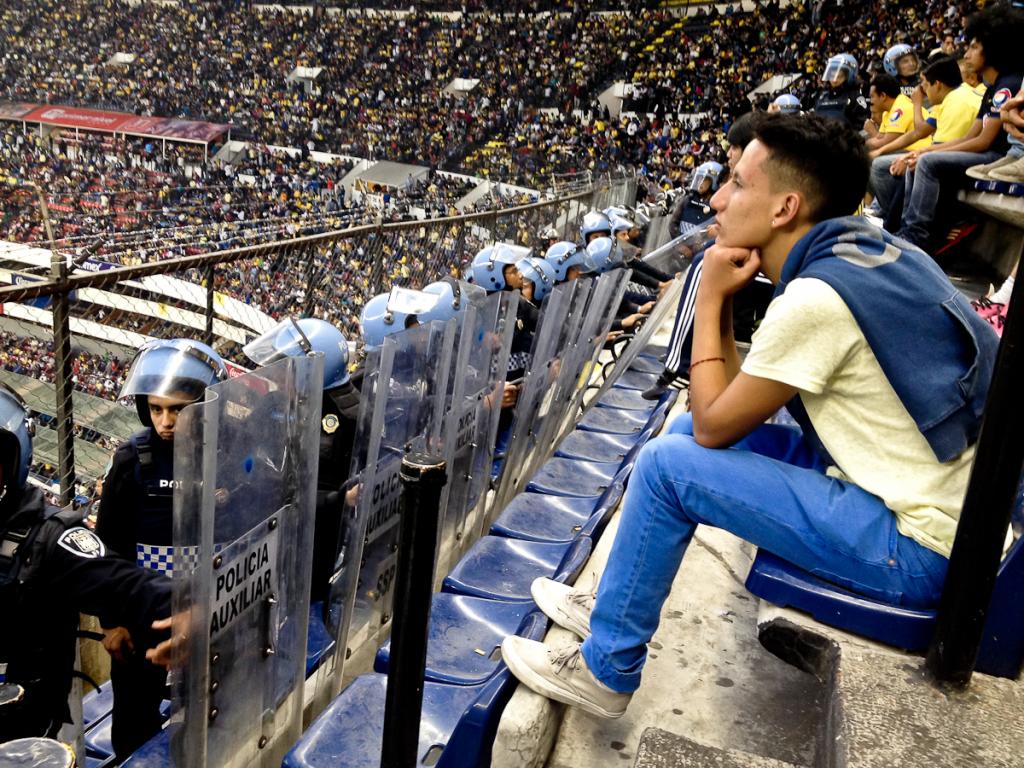 Jorge Castillo, observando el América-Pumas. Foto de Orus Villacorta.