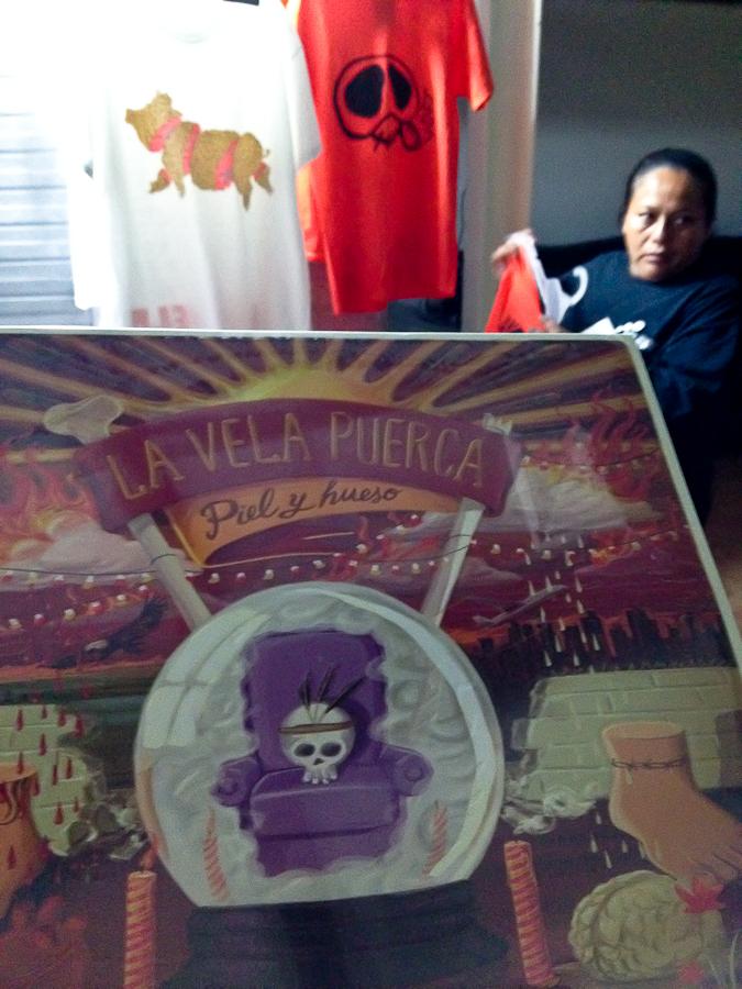 Una muestra de los productos en venta en el concierto de La Vela Puerca en México.