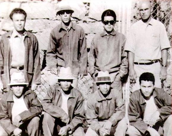 """Atrás: Luis """"Huero Buff"""" Flores, Michael Mulhern, Abraham """"Abie"""" Hernandez, Joe """"Red"""" Morgan.  Adelante: Tuffy, Jesse """"Chenero"""" Gordon, Ben """"Topo"""" Peters, Rudy """"Chy"""" Cadena. Los fundadores de la EME."""