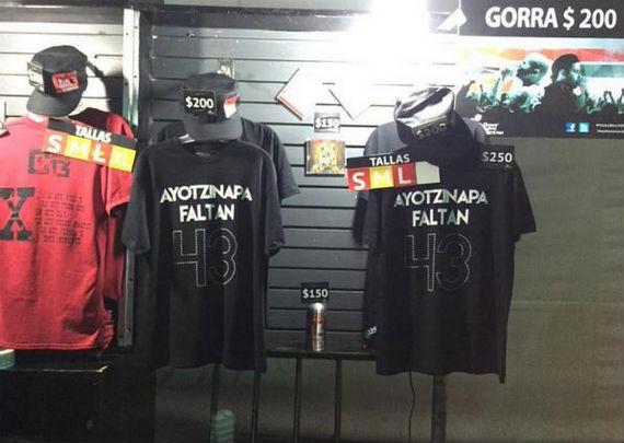 Imagen de las camisetas puestas a la venta en el concierto de Calle 13 en México.