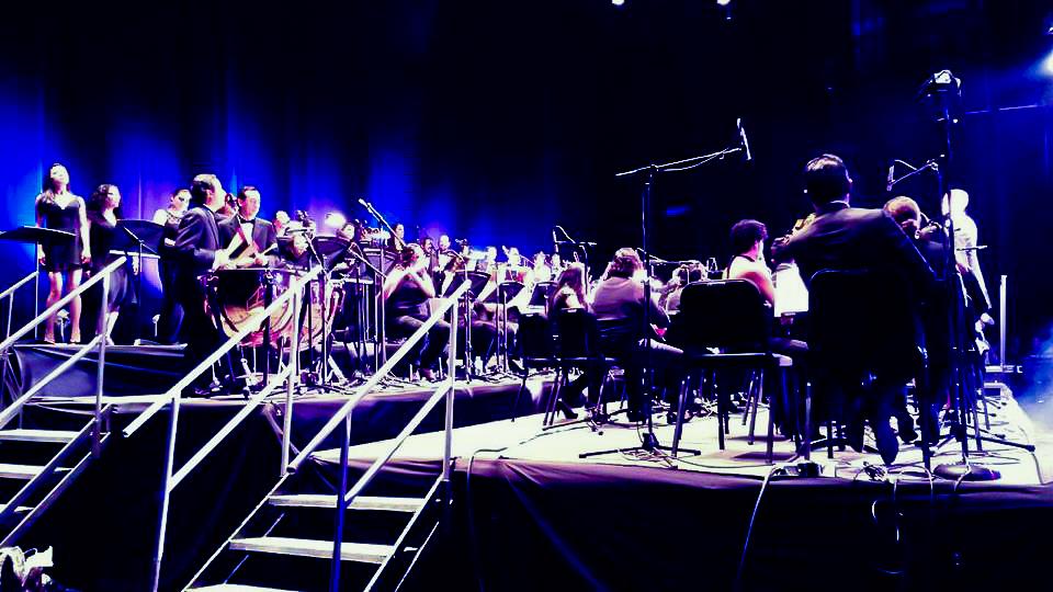 Parte de la vista de de la Orquesta Sinfónica que acompañó a Los Ángeles Azules en su concierto.