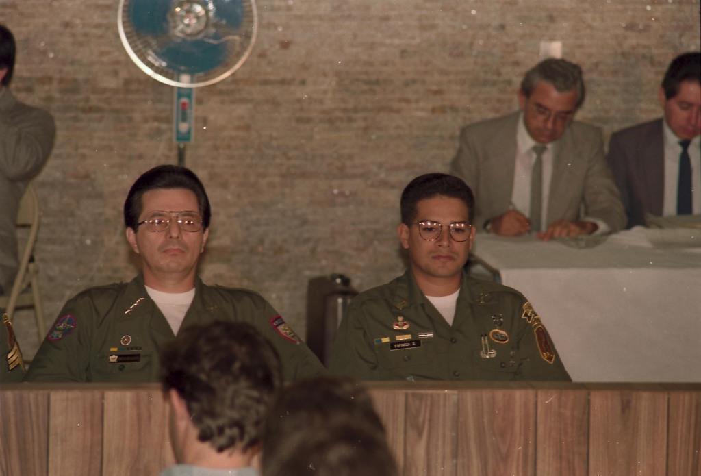 El coronel Guillermo Alfredo Benavides Moreno (izquierda) y el teniente José Ricardo Espinoza Guerra, durante el juicio de 1991 en El Salvador. Foto de Francisco Campos.
