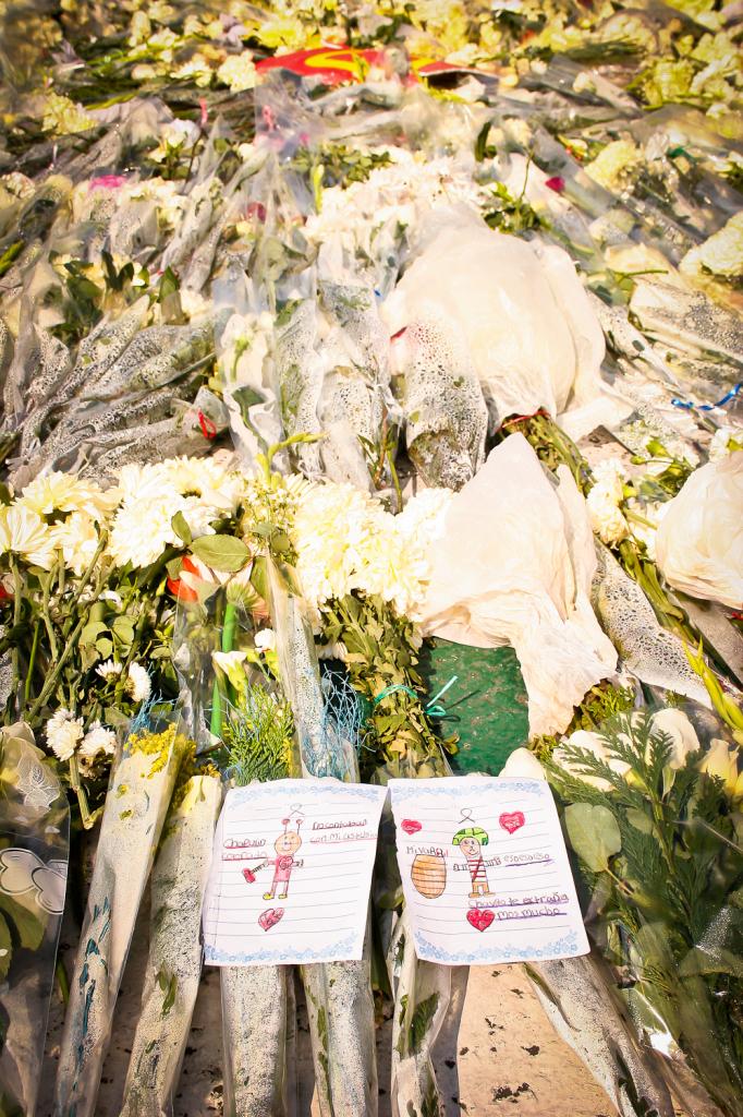 Parte de los escritos y dibujos que algunos niños depositaron en los arreglos florales para despedir a Chespirito. Foto de Orus Villacorta ©.