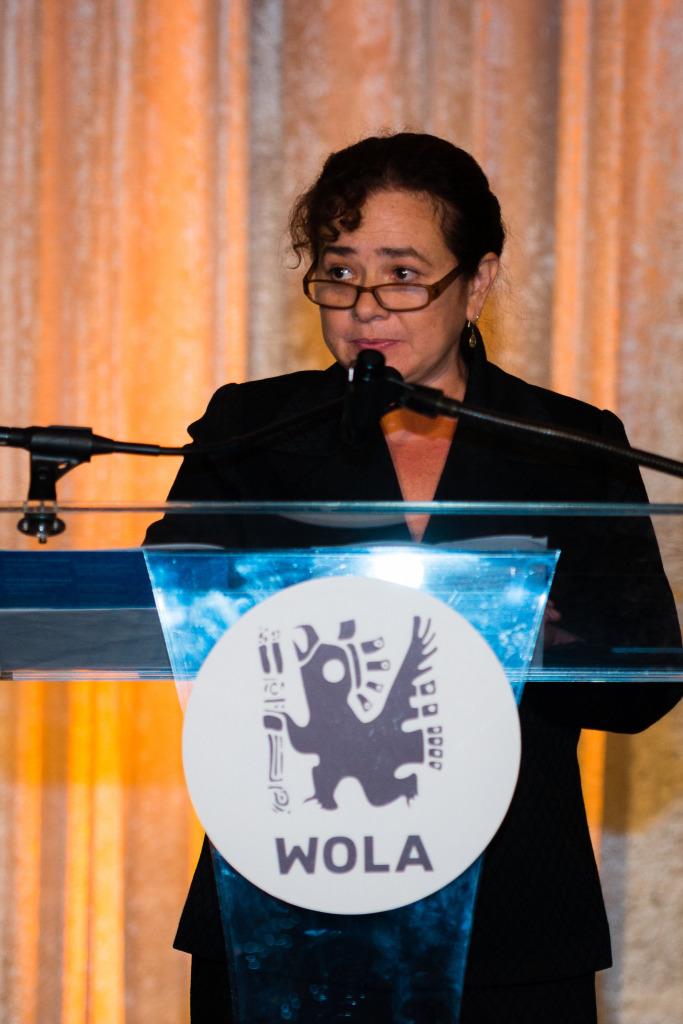 Claudia Paz al recibir el Premio de Derechos Humanos WOLA 2014. Foto tomada del sitio de WOLA.