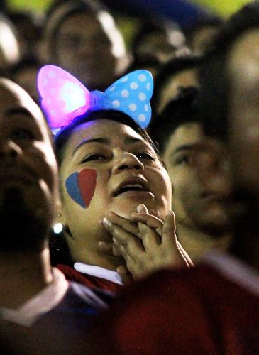 Desde la Turba Roja, en el sector sol, Morena García apoyó al equipo de sus amores (FAS), con una diadema luminosa y un dibujo con los colores de su equipo, elaborado en las afueras del estadio. La emoción de García es tal que en una jugada contraria, se muestra nerviosa mientras espera que no les encajen gol.
