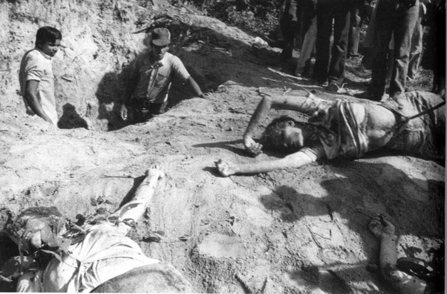 Cadáveres de dos de las religiosas estadounidenses asesinadas por la Guardia Nacional en 1980. Imagen tomada de www.uca.edu.sv