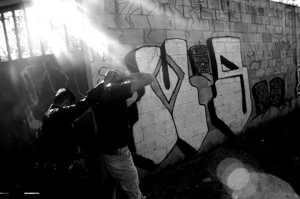 Requisa en zona controlada por la pandilla MS13 en El Salvador. Foto de Frederick Meza.