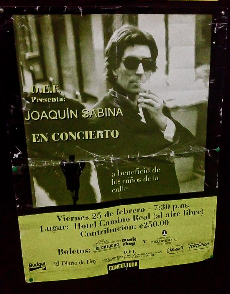 """Este es el afiche que promocionaba el primer concierto que Joaquín Sabina ofreció en El Salvador. Esta memorabilia es casi tan valiosa como el tíquet del Club """"Tío Sam""""."""