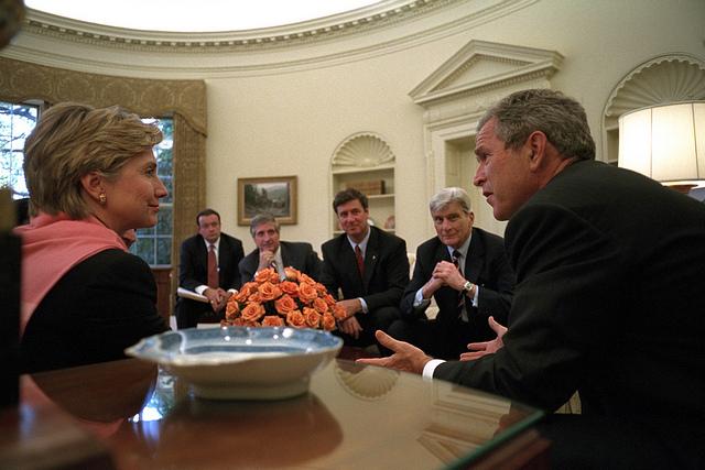 Foto tomada de Flickr/Commons. La senadora Hillary Clinton se reúne con el presidente George W. Bush en la Casa Blanca el 13 de septiembre de 2001, dos días después de los atentados terroristas en Nueva York.