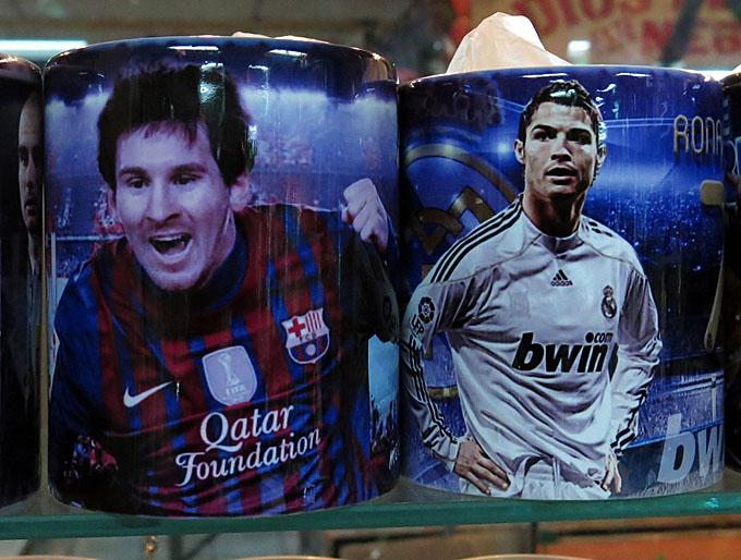 Tazas de cerámica con la imagen de Leonel Messi y Cristiano Ronaldo. Pan, circo y café. Foto de Francisco Campos.