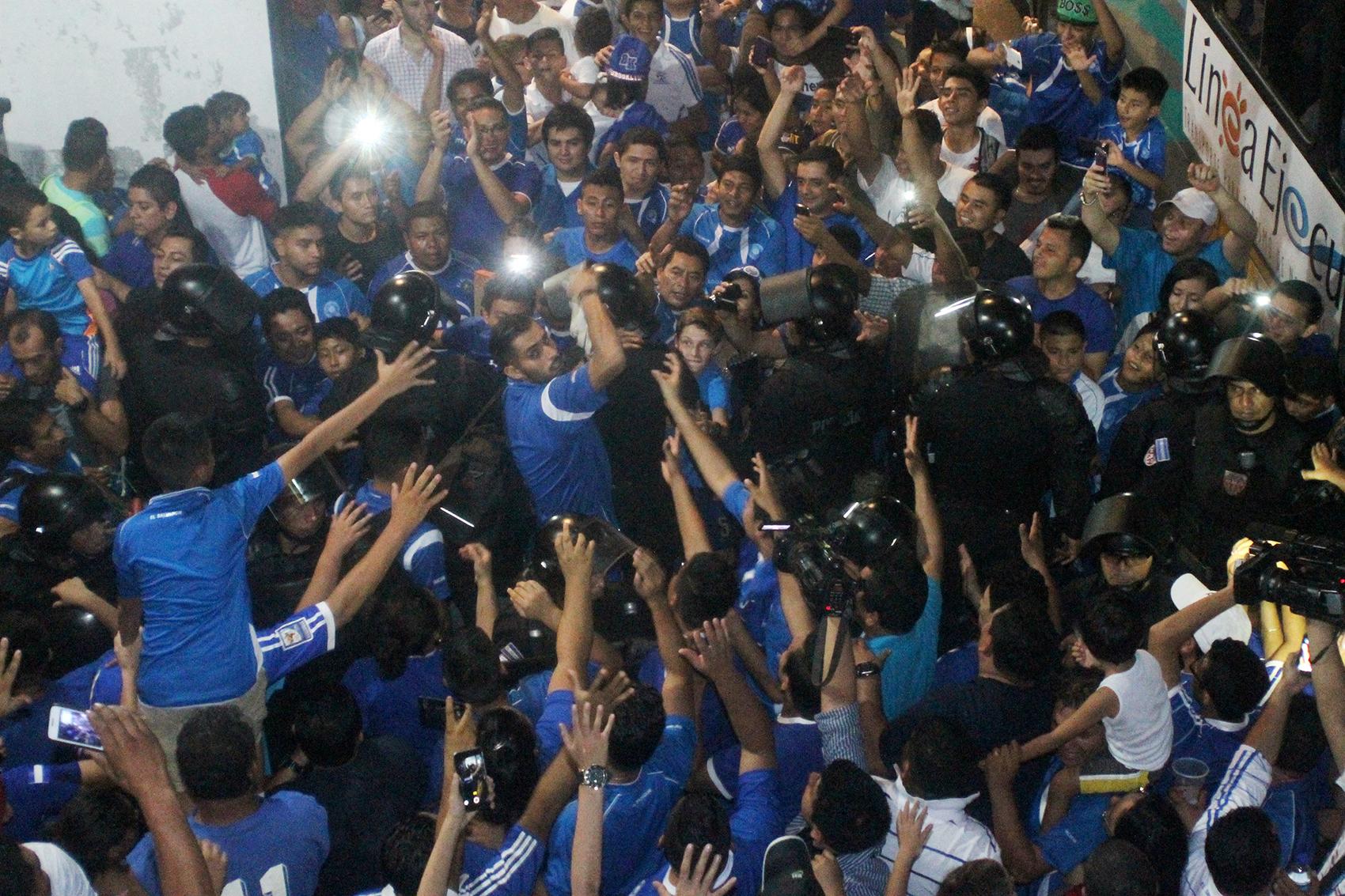 Aficionados salvadoreños felicitan a jugadores de su selección después del triunfo 4-1 sobre San Cristóbal y Nieves. Foto de Frederick Meza.
