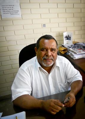Raúl Mijango en su oficina de la Fundación Humanitaria, en la colonia San Benito de San Salvador. Foto de Héctor Silva Ávalos.
