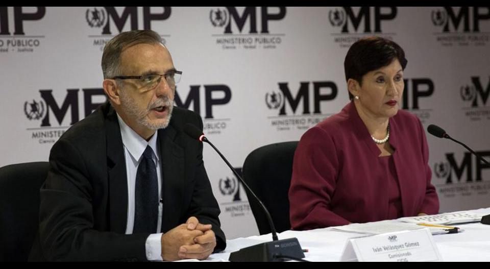 El colombiano Iván Velásquez, comisionado de CICIG, y la fiscal general de Guatemala, Thelma Aldana, durante la conferencia de prensa en que revelaron que el caso conocido como La Línea salpicaba al expresidente Pérez Molina.