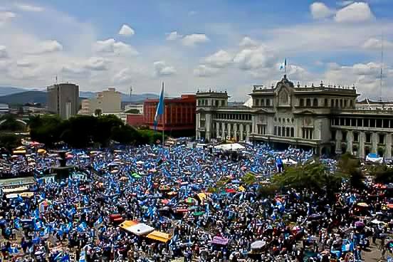 Miles de guatemaltecos reunidos en la Plaza Central de la capital el 27 de agosto de 2015.