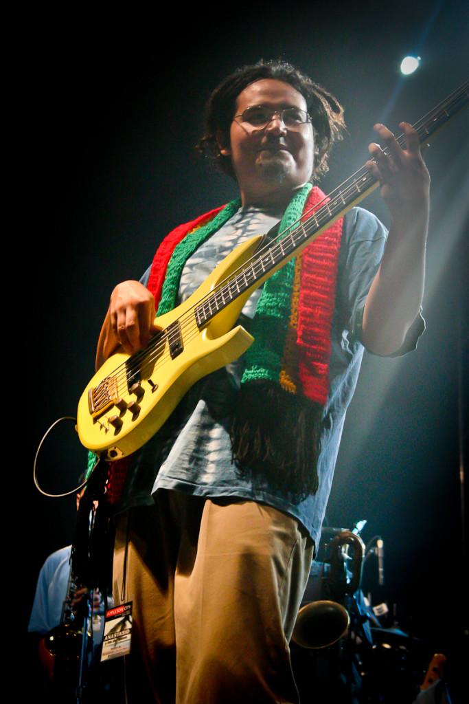"""Roberto """"Boby"""" Amaya, es el bajista, fundador y compositor de Anastacio y los del Monte. Hoy lidera a Los Tachos, el proyecto que dio continuidad a aquella banda de corta duración. Foto del archivo de Orus Villacorta."""