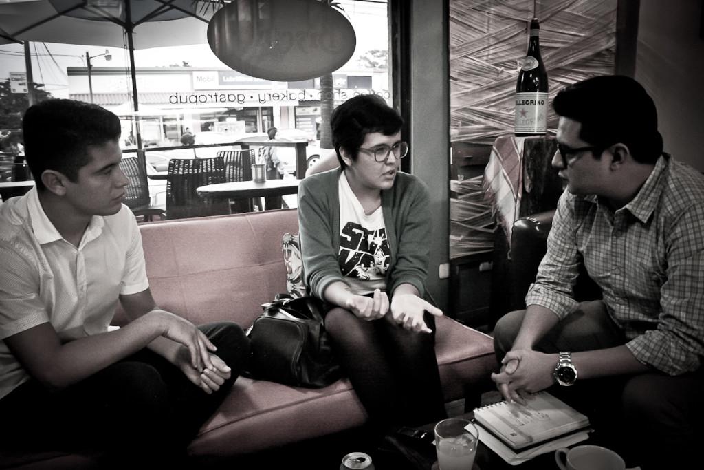 Gerson Vichez (derecha) entrevista para Revista Factum a Cartas a Felice. Foto de Orus Villacorta.