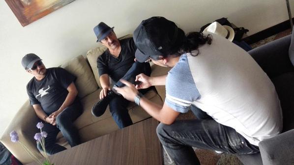 Alux Nahual concediendo una entrevista en Ciudad de México para Revista Factum. Foto del twitter de la banda.