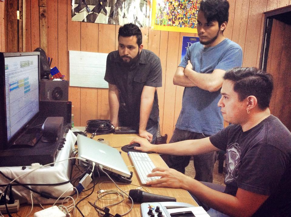 Fox The Kid trabajando en la grabación de su EP junto a Mario Pérez en MNP Estudio.