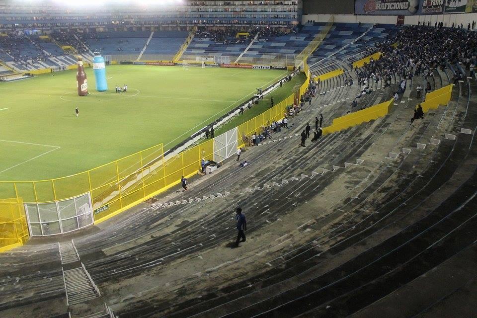 Vista panorámica de cómo se encontraba el sector popular a falta de media hora para el inicio del juego. Foto de Frederick Meza.
