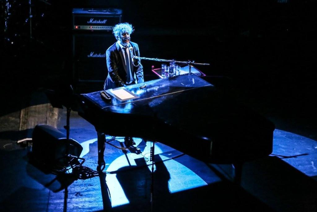 Fito Paéz ofreció una sección del concierto basada solamente en su voz y en el piano. Foto de Lulú Urdapilleta/Cortesía de OCESA.