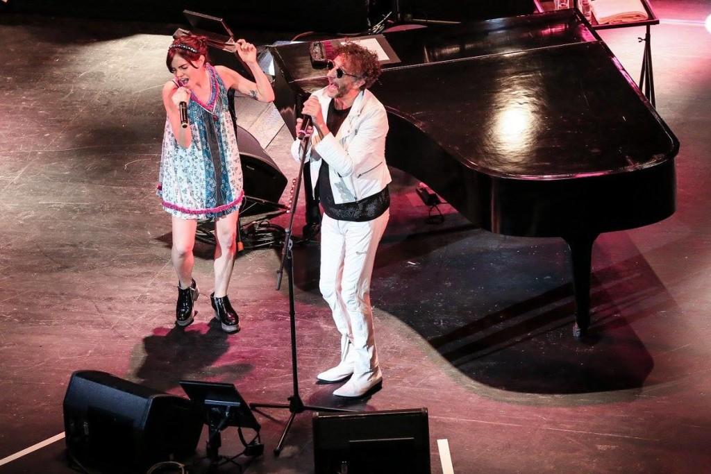 Fito Paéz y Loli Molina cantando a dúo. Foto de Lulú Urdapilleta/Cortesía de OCESA.