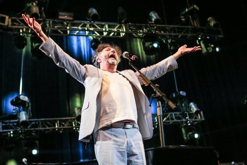 El concierto tuvo muchos momentos en los que la emoción desbordó a Fito Paéz. Foto de Lulú Urdapilleta/Cortesía de OCESA.