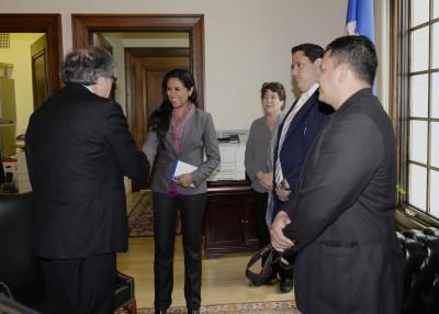 Gabriela Blen, de los Ciudadanos Indignados de Honduras saluda al secretario general de la OEA Luis Almagro en Washington. Foto tomada de Flickr, con licencia de Creative Commons.