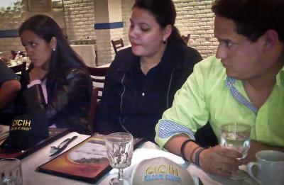 Gabriela Blen, Marcela Blen y Paul Zepeda, del movimiento Oposición Indignada de Honduras, en Washington, DC. Foto de Héctor Silva Ávalos.
