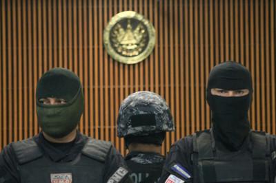 Policías custodian la sala de audiencias del Centro Judicial de San Salvador durante la audiencia inicial contra Francisco Flores, el 6 de noviembre pasado. Foto de Frederick Meza.