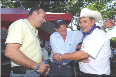 Herbert Saca (izquierda, de camisa amarilla) es un operador político relacionado con el ex presidente Antonio Saca y el partido GANA. Juan Umaña Samayoa (izquierda, de pañoleta al cuello) es el alcalde de Metapán y uno de los señalados por lavado de dinero en informes de Hacienda. Foto de archivo de Factum.