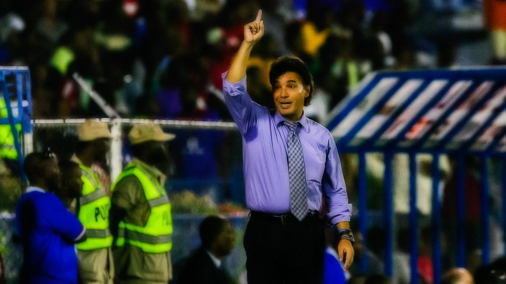 Carlos de Los Cobos condujo uno de apenas dos procesos en los que un técnico ha dirigido todos los partidos eliminatorios para El Salvador. Foto del archivo de Salvador Meléndez.