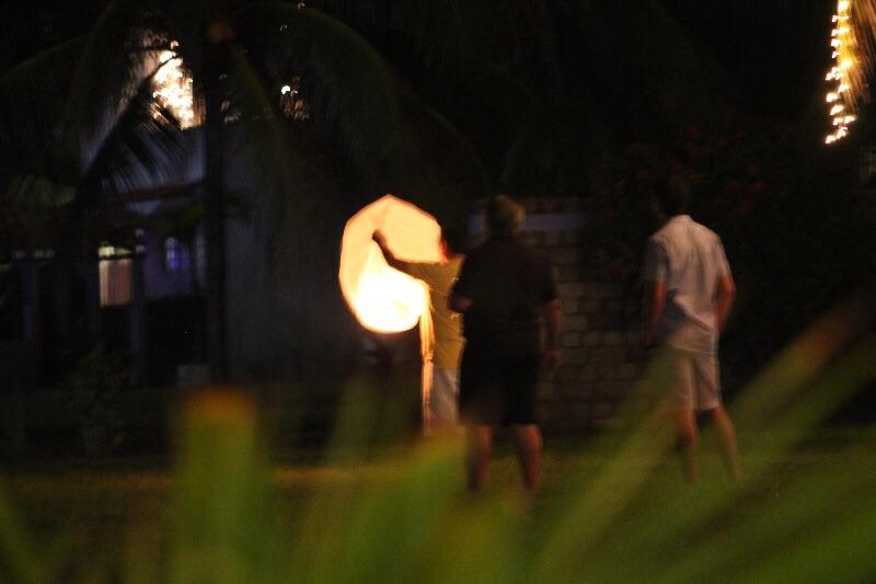Martínez y Rais en la noche del 31 de diciembre. En la imagen se ve cómo se divertían reventando cohetes de vara.
