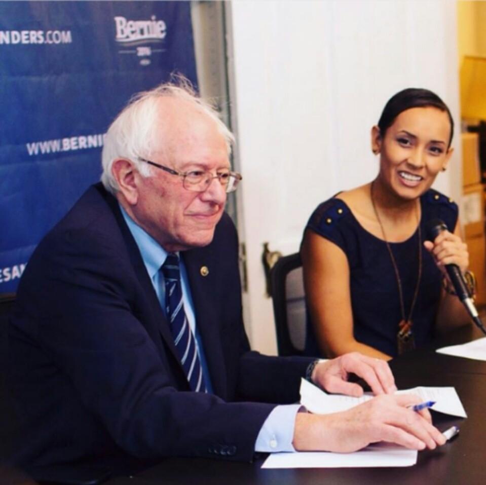 Erika Andiola con Bernie Sanders. Foto cortesía de Erika Andiola.