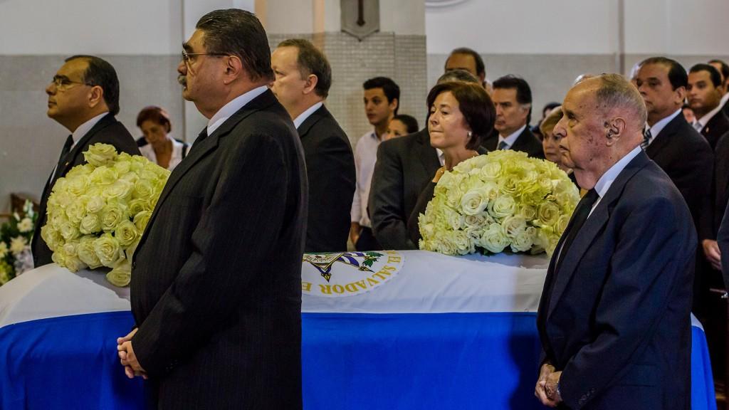 Juan José Daboub (a la izquierda en segundo plano) y María Eugenia Brizuela de Ávila (al centro) junto al féretro de Francisco Flores. Ambos fueron ministros y colaboradores cercanos del ex presidente. Foto de Salvador Meléndez.
