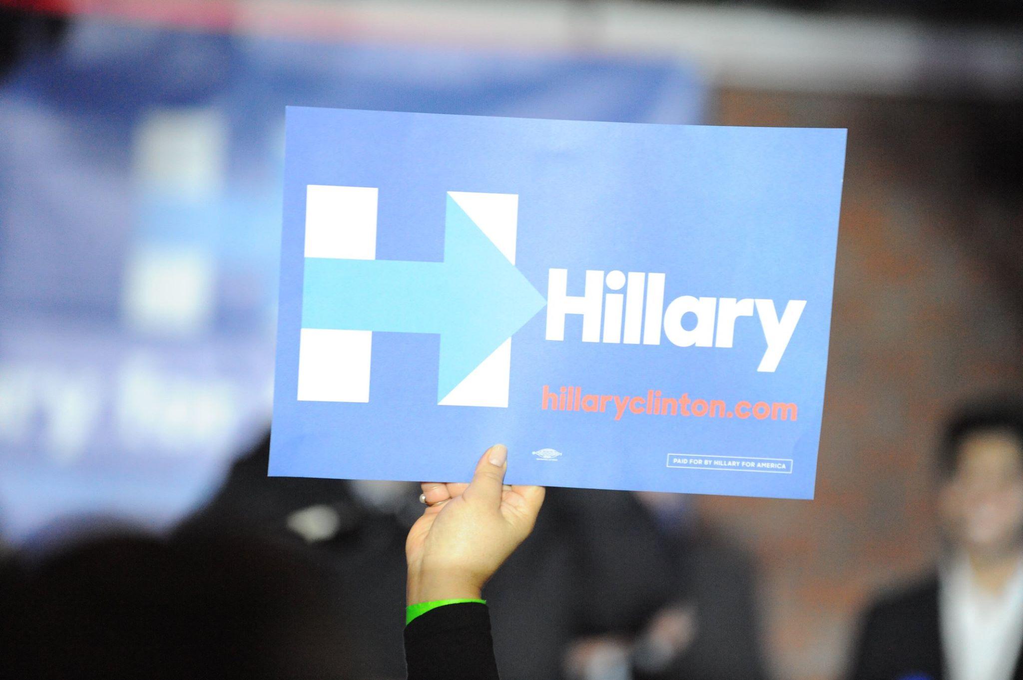 Una seguidora de Hillary Clinton sostiene un cartel de apoyo durante un acto en Virginia. Foto de Miguel Ángel Álvarez.