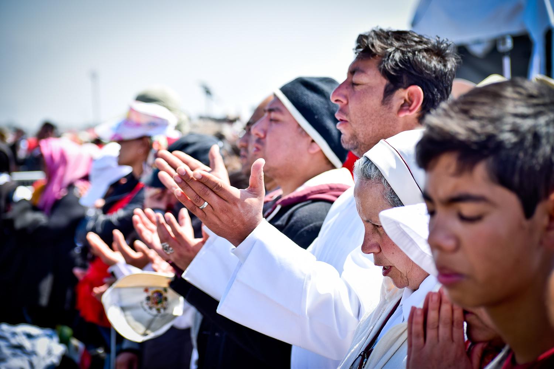Estampa de la fe que muchos de los asistentes mostraban al escuchar las palabras del papa Francisco en Ecatepc. Foto/Orus Villacorta.