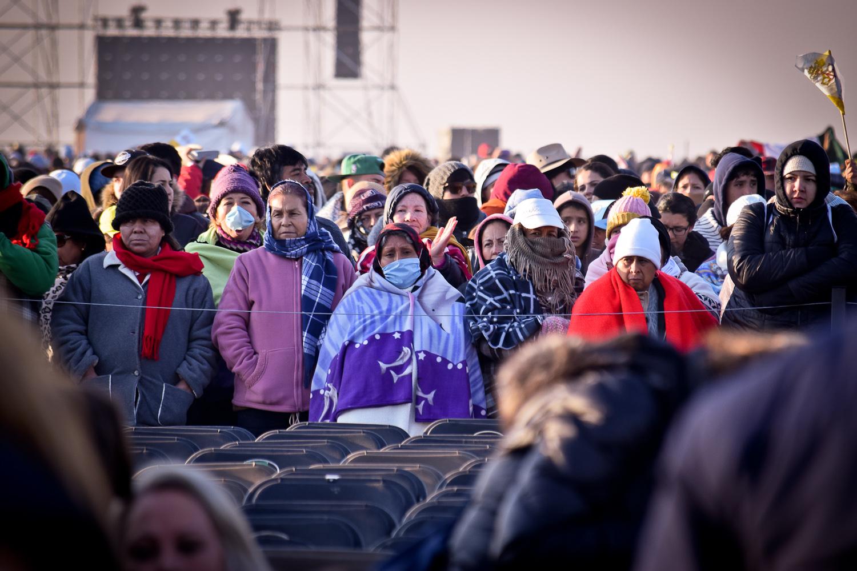 Las fieles más humildes sufrían con el frío, pero se conservaban firmes a la espera del papa Francisco. Foto/Orus Villacorta.