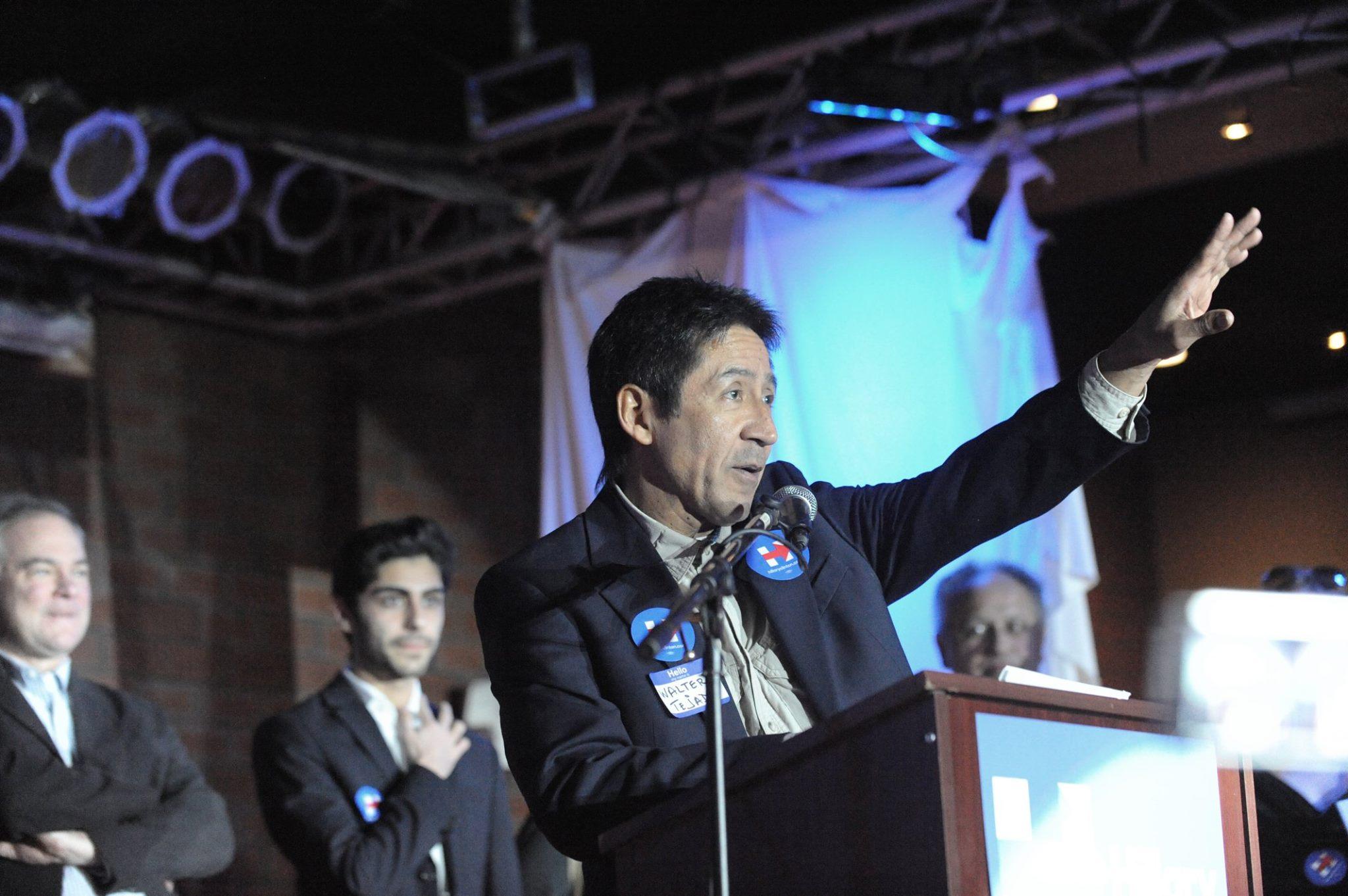 El salvadoreño Walter Tejada, concejal en el condado de Arlington, Virginia, durante un evento de apoyo a Hillary Clinton. Foto de Miguel Ángel Álvarez.