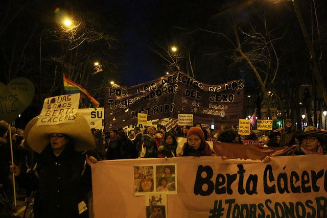 Durante una manifestación en Madrid, España, por el día internacional de la mujer, el 8 de marzo pasado, hubo pancartas alusivas a Berta Cáceres. Fot o de Daniel López García, tomada de Flickr con licencia Creative Commons.