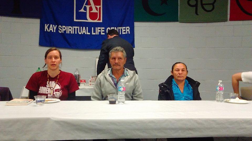 Familiares de un joven salvadoreño desaparecido por miembros del Ejército en 2014.