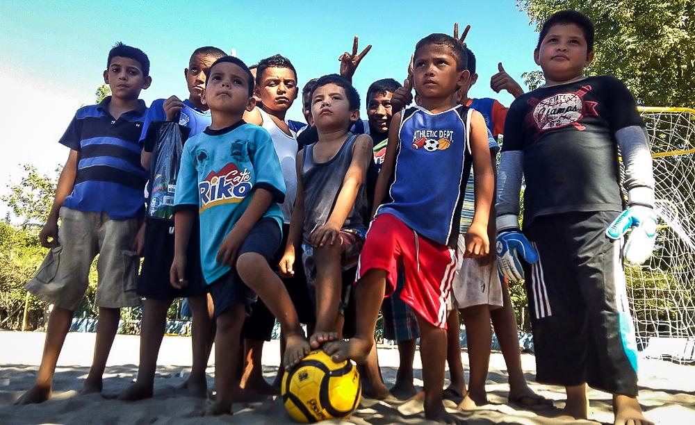 """""""Aquí no hay niño que no juegue"""". Esa es la consigna en La Pirraya. Fotos de Bryan Avelar y Salvador Sagastizado."""