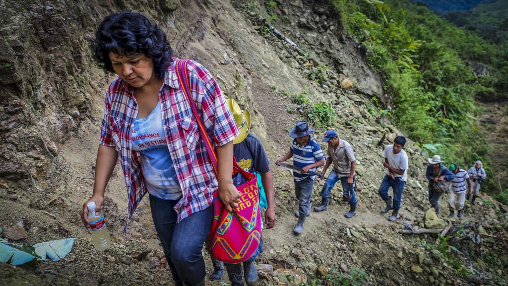 Berta Cáceres en Río Blanco, una región al oeste de Honduras, donde ella y el COPINH (Consejo Cívico de Organizaciones Populares e Indígenas de Honduras), así como los indígenas lencas de habitan las cercanías de Rio Blanco, lucharon por años para detener para detener la construcción del proyecto hidroeléctrico Agua Zarca, que plantea una grave amenaza para el medio ambiente local. Foto tomada de la página web de Goldman Envirimental Prize, un premio que Berta Cáceres ganó el año pasado.