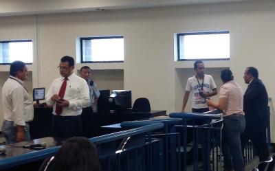 Manuel Chacón (izquierda de corbata roja) durante la audiencia del caso tregua. Foto de Bryan Avelar.