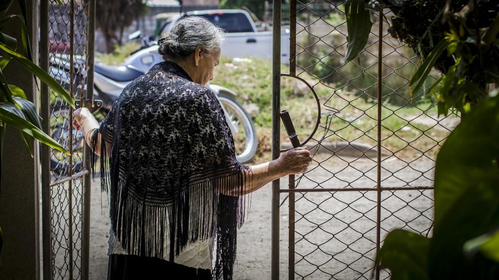 Austra Berta Flores López, madre de Berta Cáceres, lleva un chal negro que simboliza el luto por la muerte de su hija. ''Nunca me imaginé enterrar a mi hija el mismo día de su cumpleaños'', dijo a Revista Factum. Foto FACTUM/Salvador Meléndez.